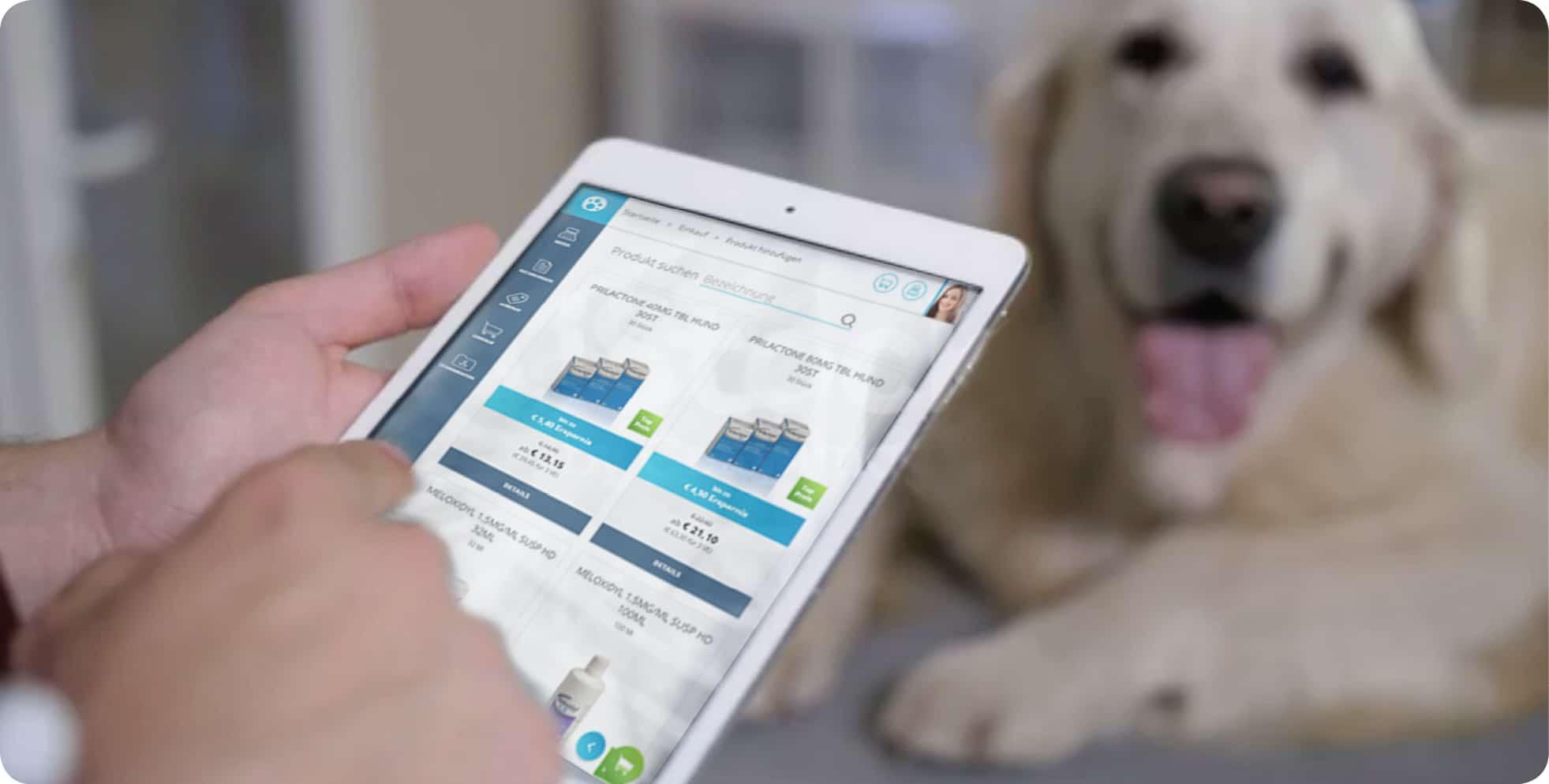 Software myJason auf dem Tablet und ein Hund im Hintergrund